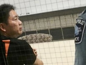 刘强东性侵案最新细节披露 强行脱下女生内衣推倒在床上