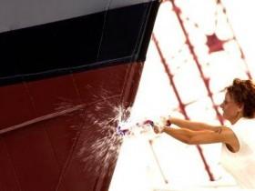 航母下水前为什么要在船头碎个香槟瓶?