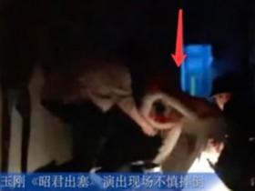 李玉刚演出时摔倒怎么回事?舞台灯都被撞碎摔现场视频照片